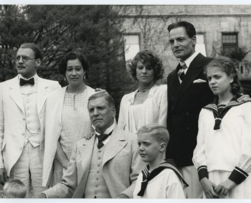 Väter und Söhne: Familienfoto in Schwarzweiß