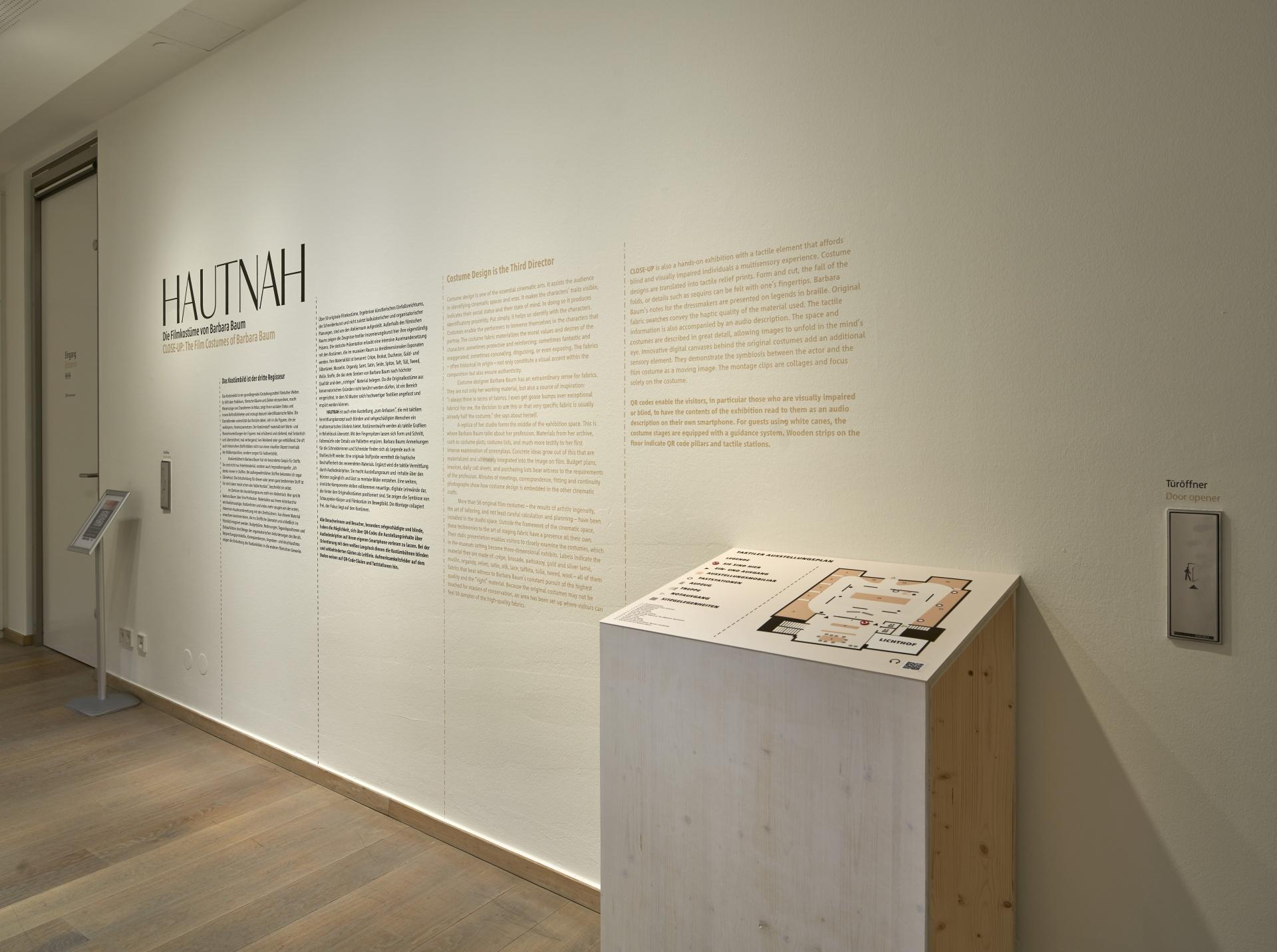 Ausstellungstitel an Wand mit Raumplan