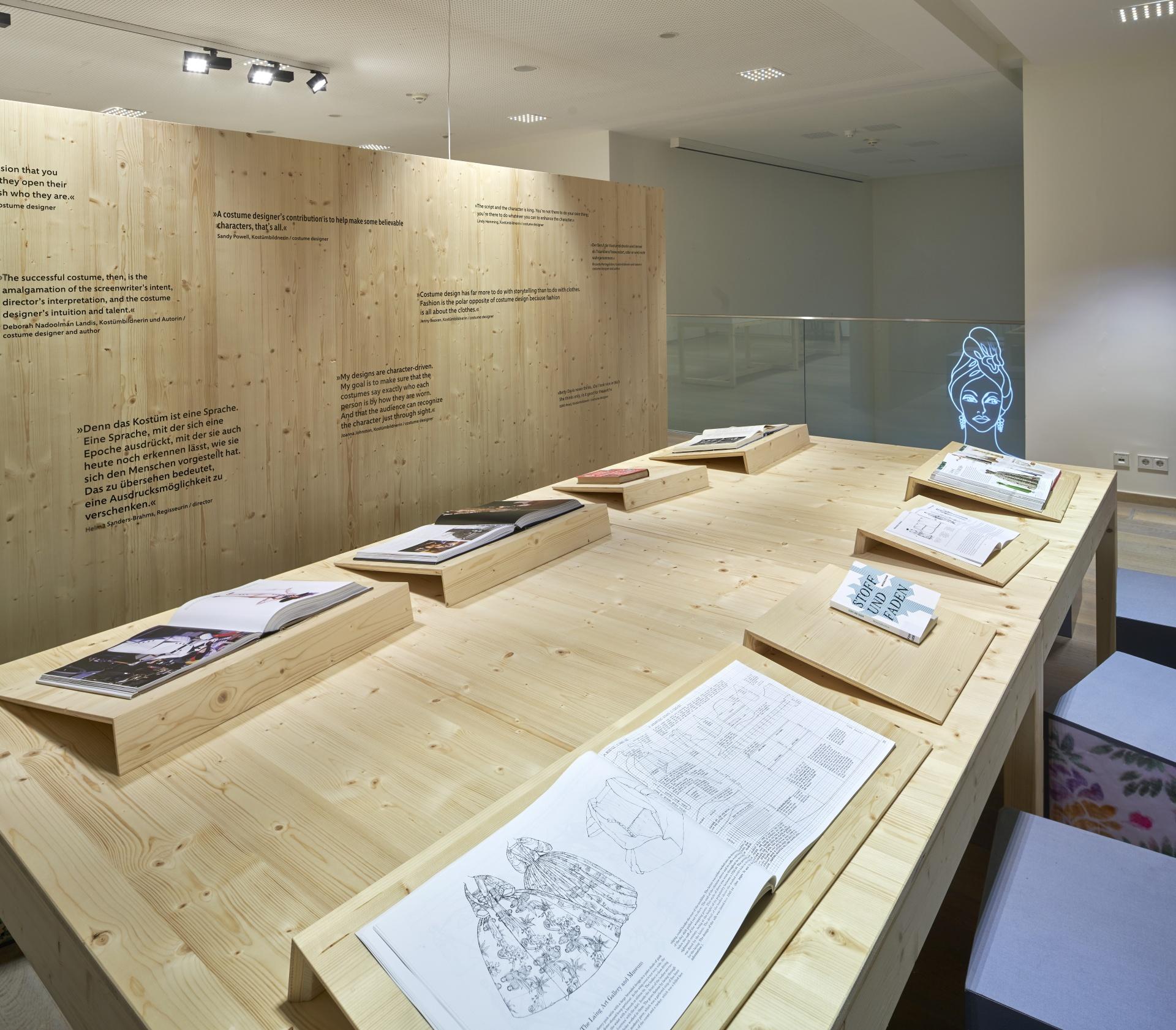 Holztisch mit Büchern