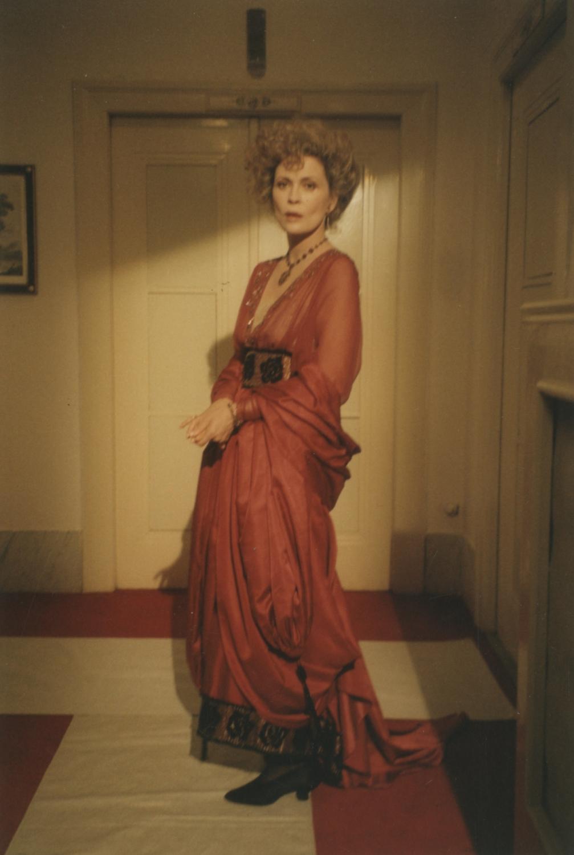 Burning Secret: Farbfoto Faye Dunaway im roten Dinnerkleid