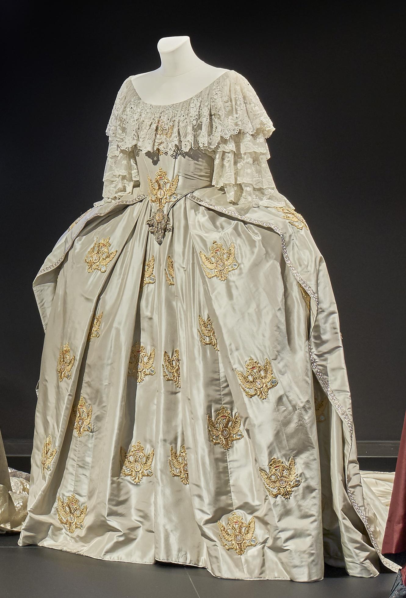 Katharina die Große: Krönungskleid aus eisgrauer Seide mit einem bodenlangen Rock mit Überrock