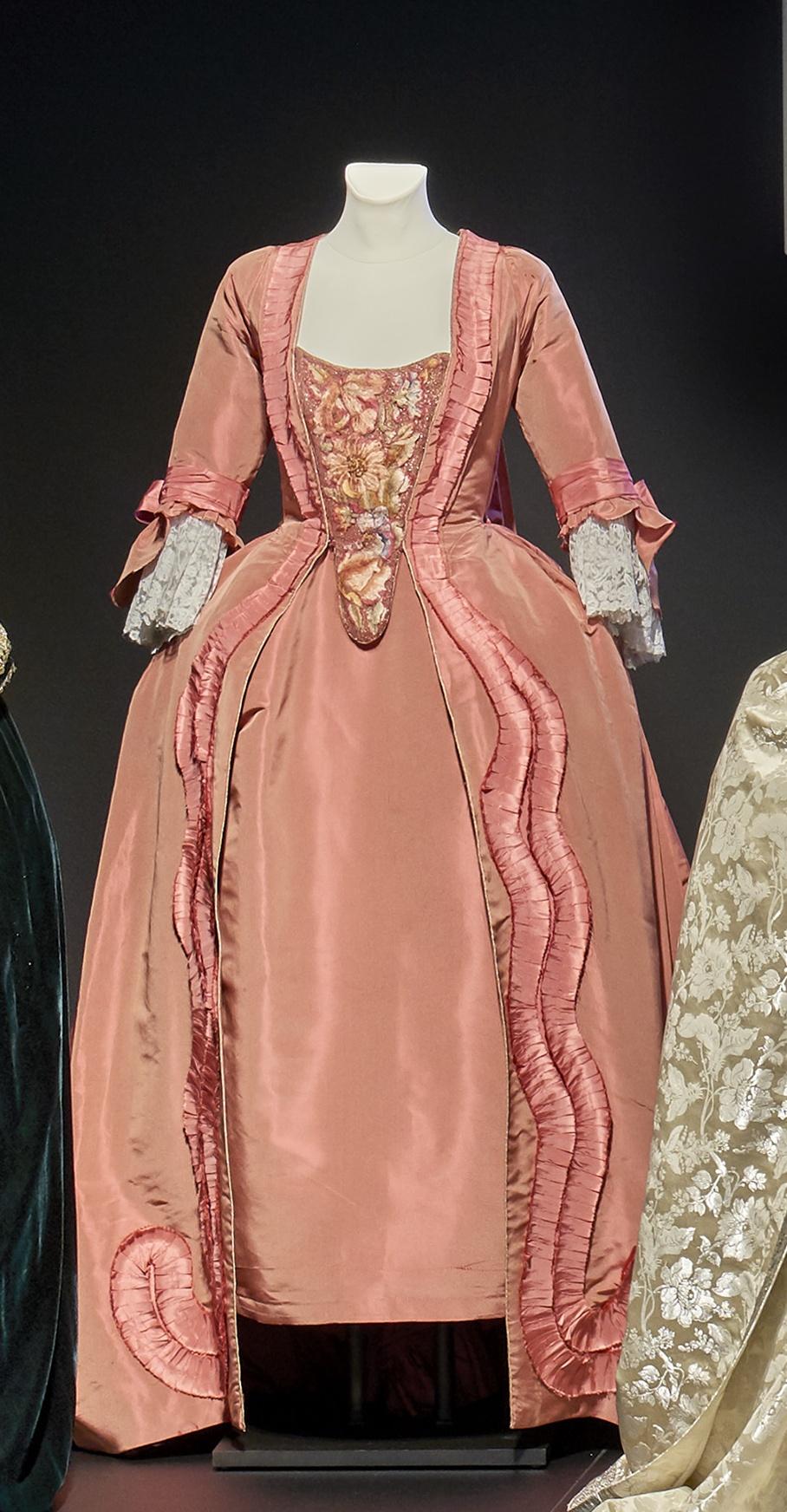 Katharina die Große: Rotes, dreiteiliges Seidenkleid