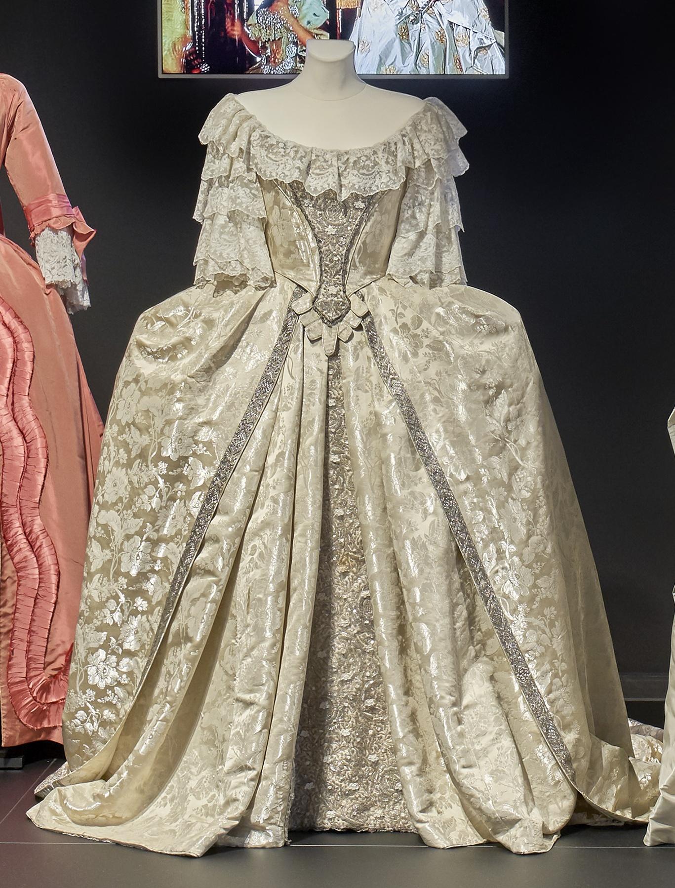 Katharina die Große: Weißes, silberdurchwirktes Brautkleid mit bodenlangem Rock
