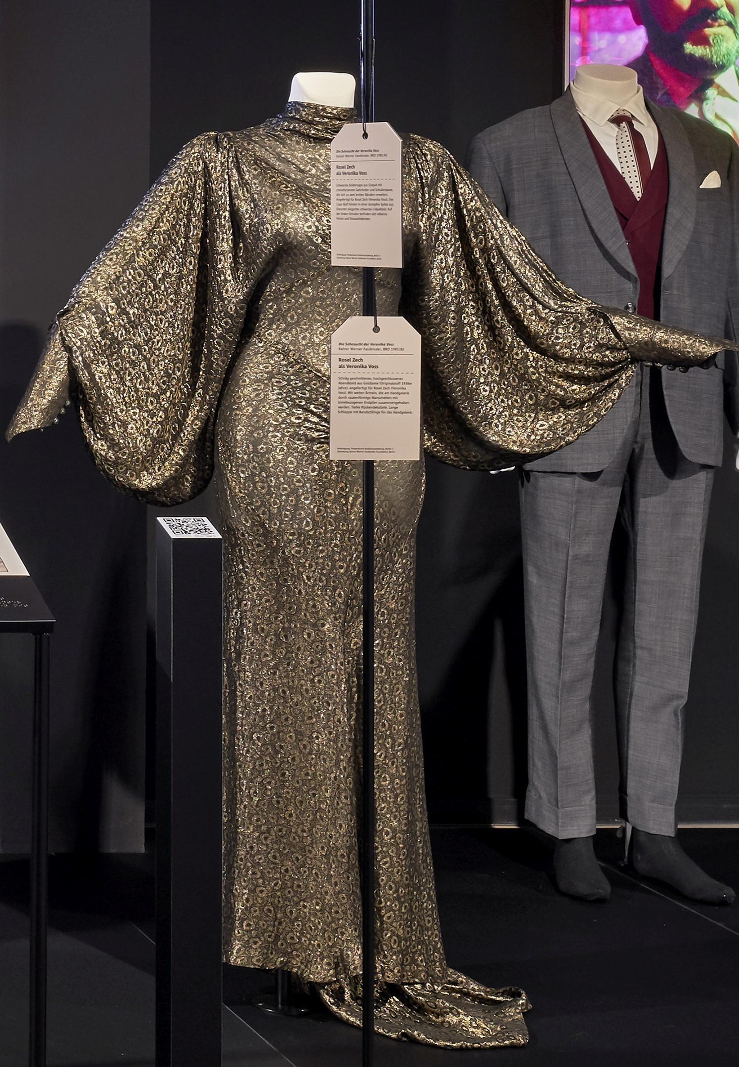 Die Sehnsucht der Veronika Voss: Goldlamé-Kleid