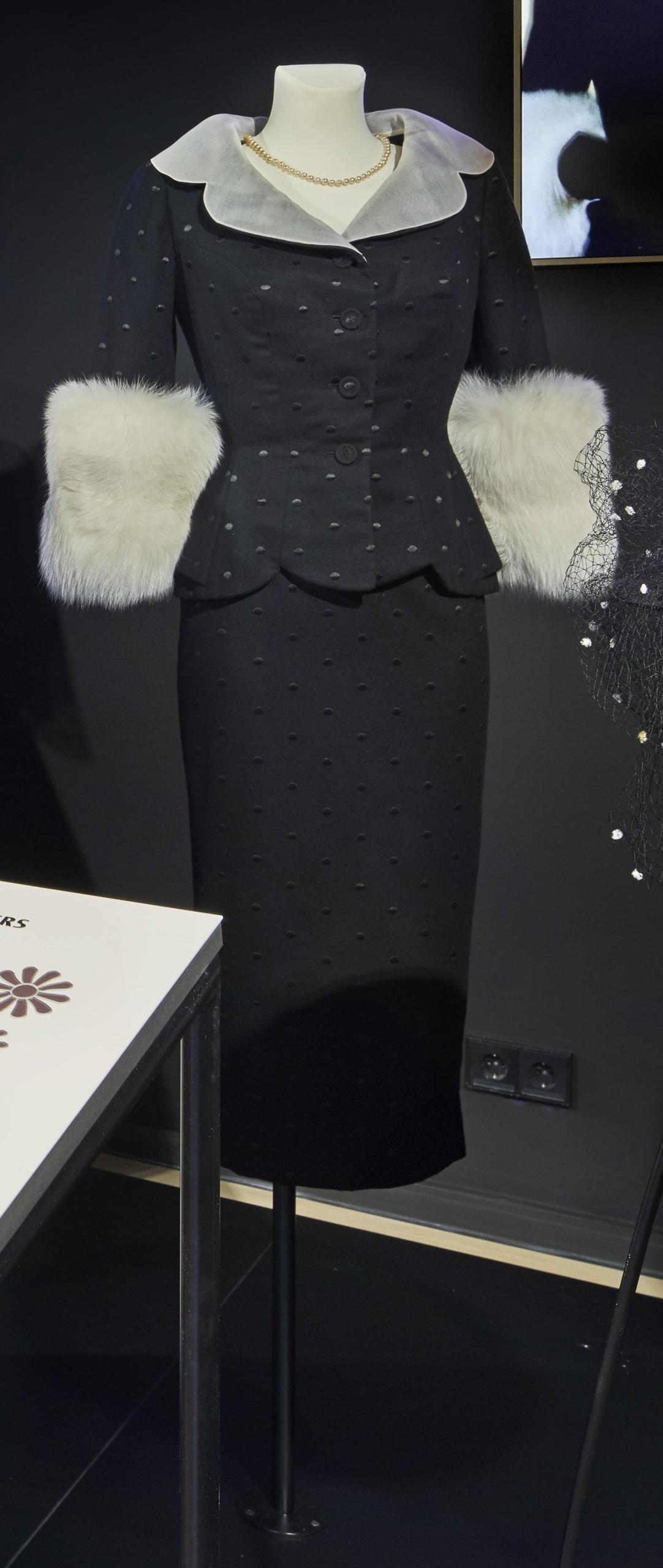 Lola: Kostüm mit Pelzbesatz für Barbara Sukowa als Lola