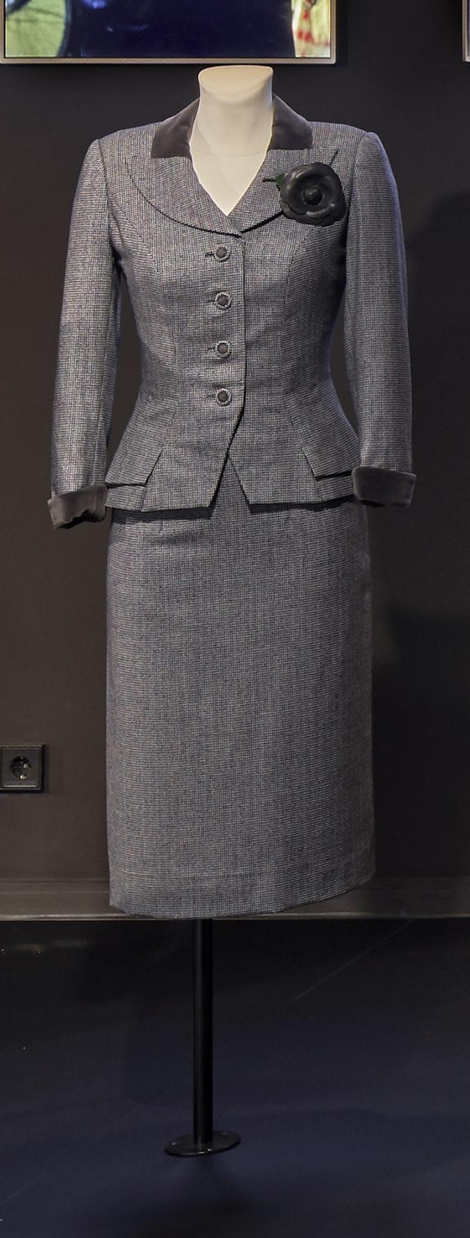 Die Ehe der Maria Braun: Pepita-Kostüm und Strohhut mit Tüllschleier für Hanna Schygulla in ihrer Rolle als Maria Braun