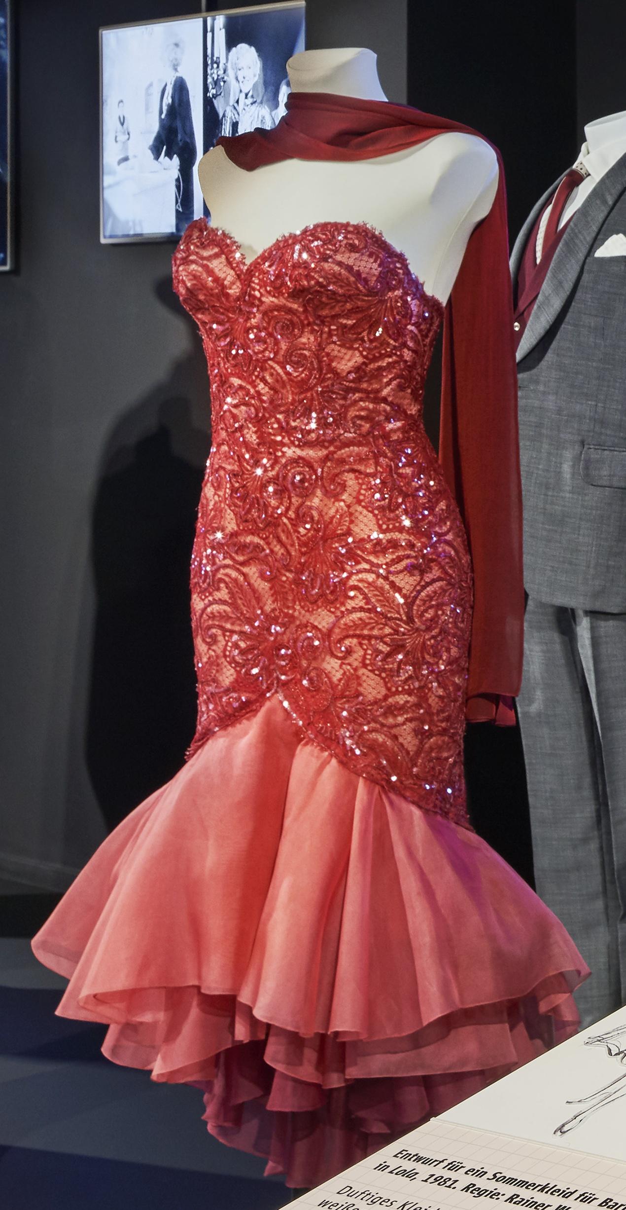 Lola: Rotes Auftrittskleid für Barbara Sukowa als Lola