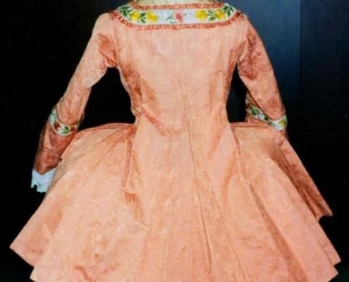 Katharina die Große: Apricotfarbener kurzer Manteau, Rückansicht