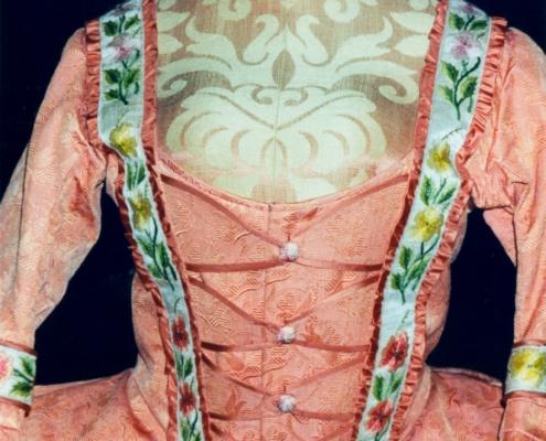 Katharina die Große: Apricotfarbener kurzer Manteau, Detailansicht