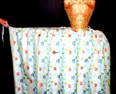 Katharina die Große: Blumenrock zum apricotfarbenen Manteau