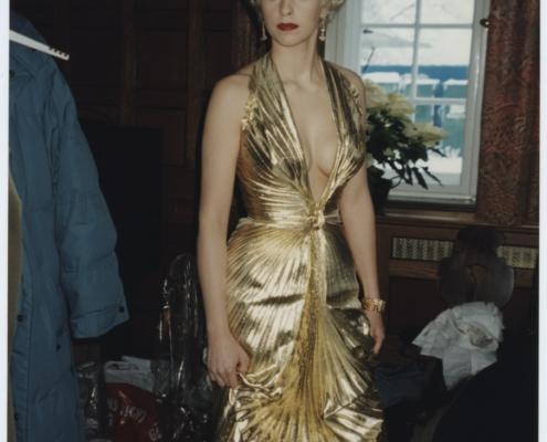 DAS MÄDCHEN ROSEMARIE: Nina Hoss im plissierten Goldlamé-Kleid