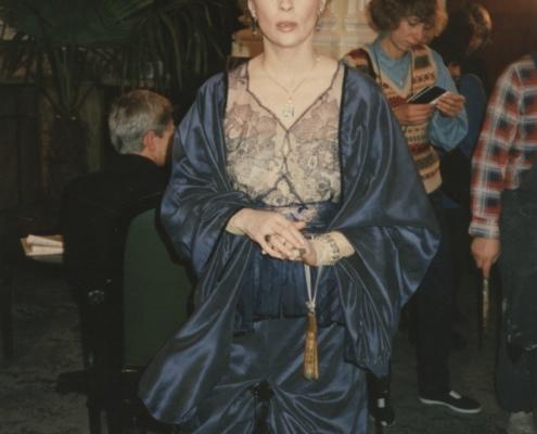 Burning Secret: Setfoto mit Faye Dunaway im blauen Kleid