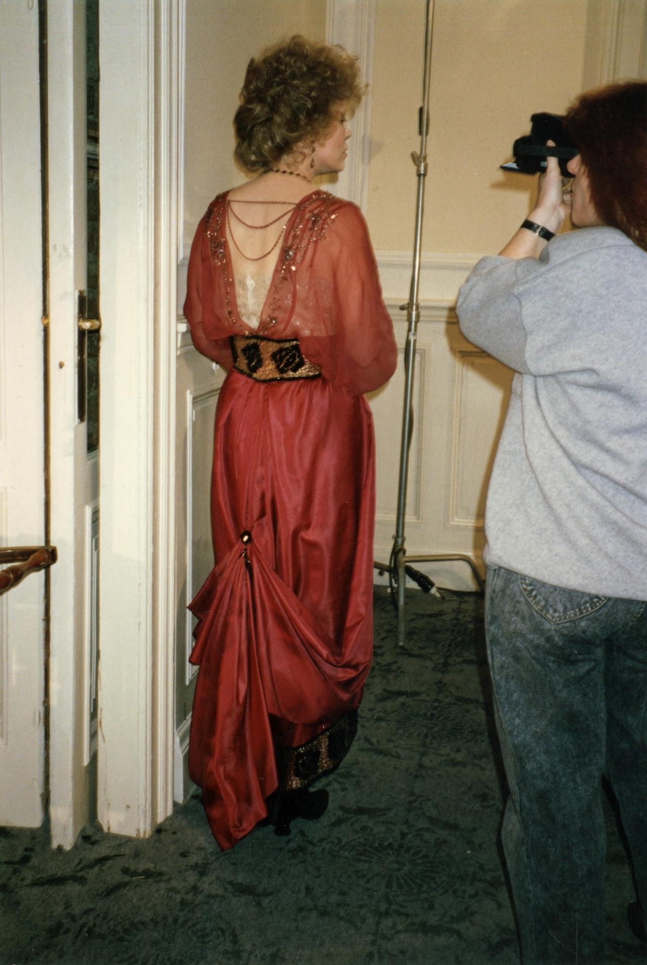 Burning Secret: Setfoto mit Faye Dunaway im roten Kleid