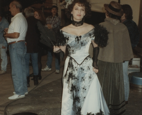 Becoming Colette: Setfoto mit Virginia Madsen
